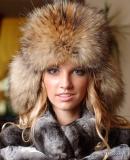 Женские шапки из меха енота